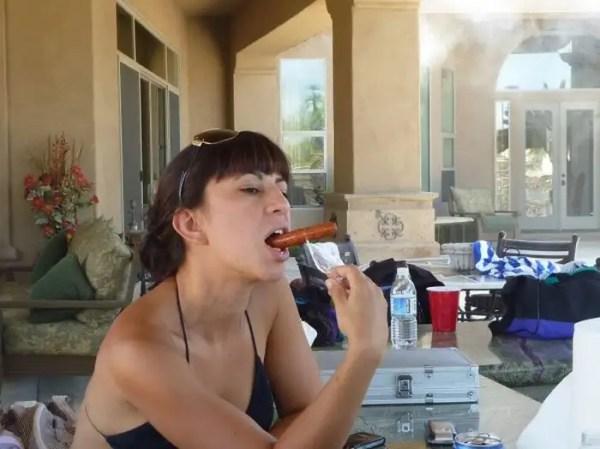 girlseatinghotdogs68 - Julio mes de los Hot Dogs celébralo con estas fotos de Chicas comiendo perritos calientes