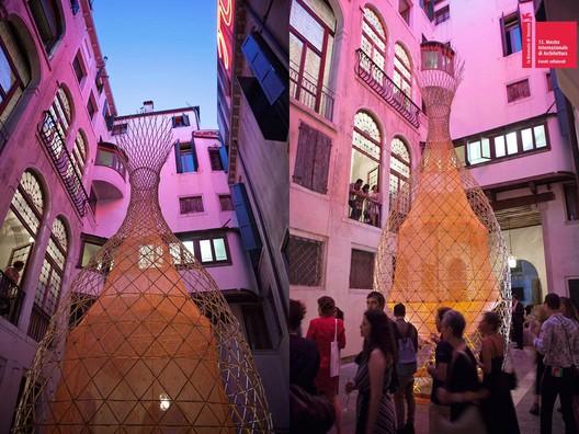 WarkaWater em sua primeira aparição na Bienal de Veneza de 2012.Fonte da imagem: Yogui.co