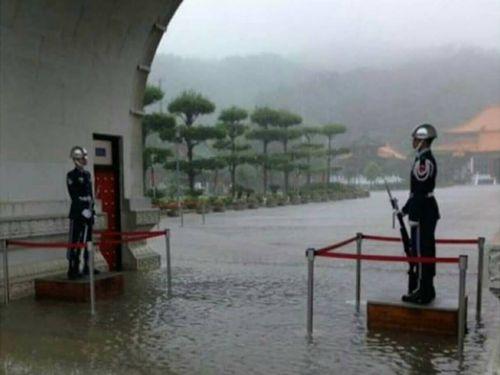台湾の衛兵、道路冠水でも微動だにせず 「プロの精神」称賛の声   社会   中央社フォーカス台湾
