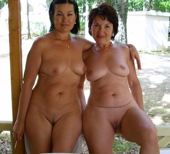 mother with twin daughters nude