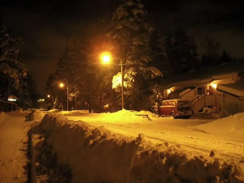 Talot näyttävät leluilta tai piparilta kun niiden päällä on 30 senttiä lunta.