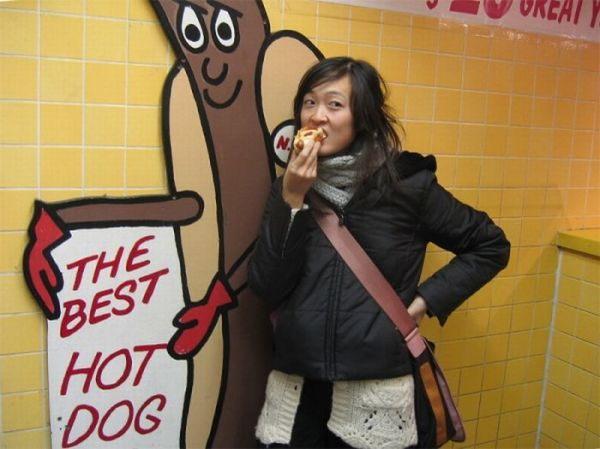 girlseatinghotdogs24 - Julio mes de los Hot Dogs celébralo con estas fotos de Chicas comiendo perritos calientes
