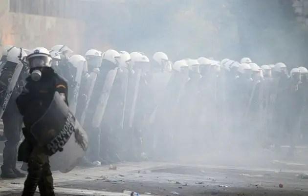 1329071298324foto2gd - Atenas arde por la aprobación de los recortes en el Parlamento