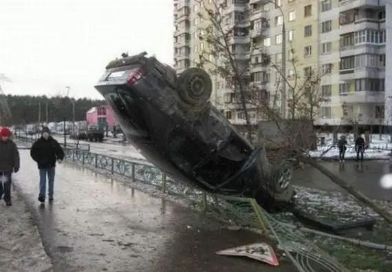 97257612 - Accidentes bizarros de coches
