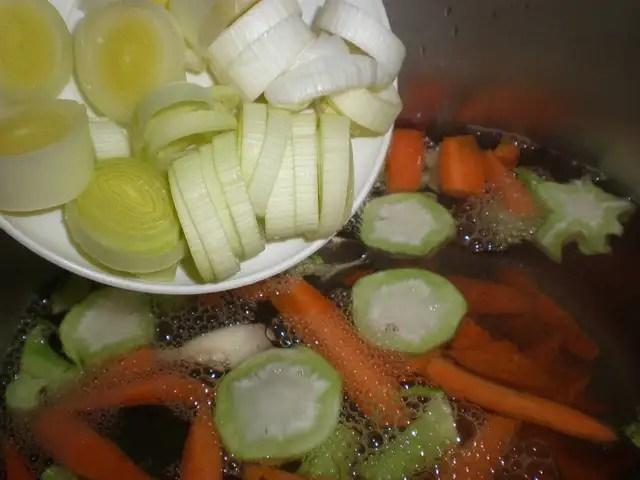 Elaborar los muslos de pollo con brócoli