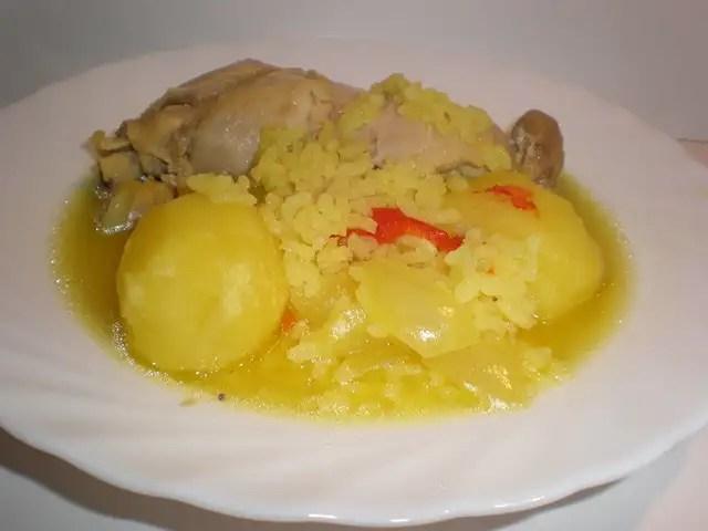 Muslos de pollo con papas y arroz