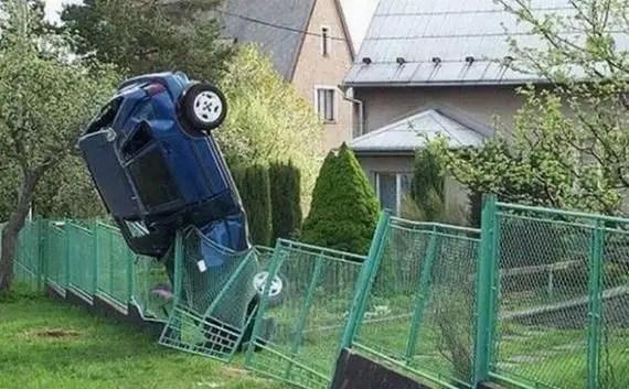 62450297 - Accidentes bizarros de coches