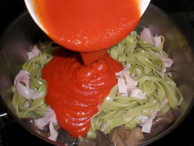 Pasta nidos con jamón y tomate