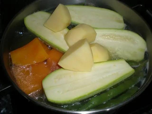 Hervir la verdura con el muslo de pollo