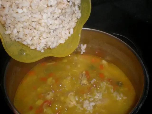 Meter el arroz a la sopa de jamoncitos