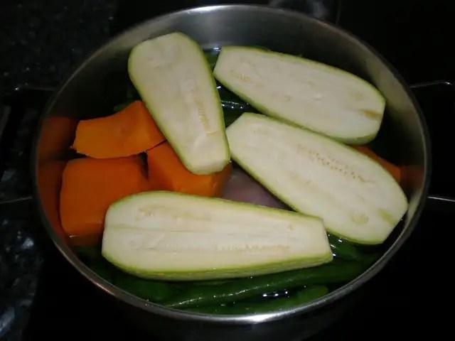 Poner cazuela con la verdura al fuego