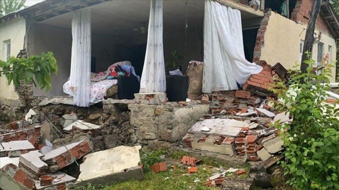 土耳其東部賓戈省14日發生規模5.7地震,震源深度僅5公里,已知造成1人喪生、18人受傷,至少10棟房屋毀損。(安納杜魯新聞社提供)