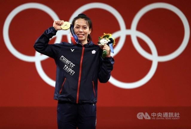 郭婞淳以抓舉103公斤、挺舉133公斤,總和236公斤奪冠,3項成績都是奧會新紀錄。這面東奧金牌,也成功讓世界看到台灣。中央社記者吳家昇攝 110年7月27日