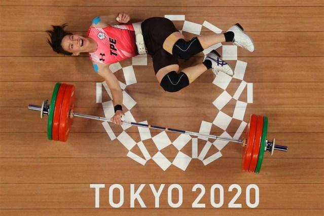 郭婞淳第三次挺舉,試圖挑戰個人世界紀錄140公斤,不過舉起時不慎倒地,露出笑容模樣俏皮可愛。(法新社)