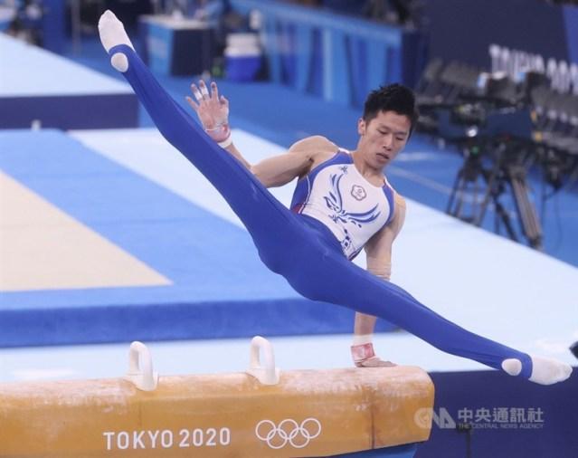 「鞍馬王子」李智凱1日在東京奧運體操男子鞍馬單項決賽登場,從上馬、迴旋一直到下馬一路動作行雲流水,拿下總分15.400的高分,成功為台灣拿下奧運體操隊史上首面銀牌。中央社記者吳家昇攝 110年8月1日