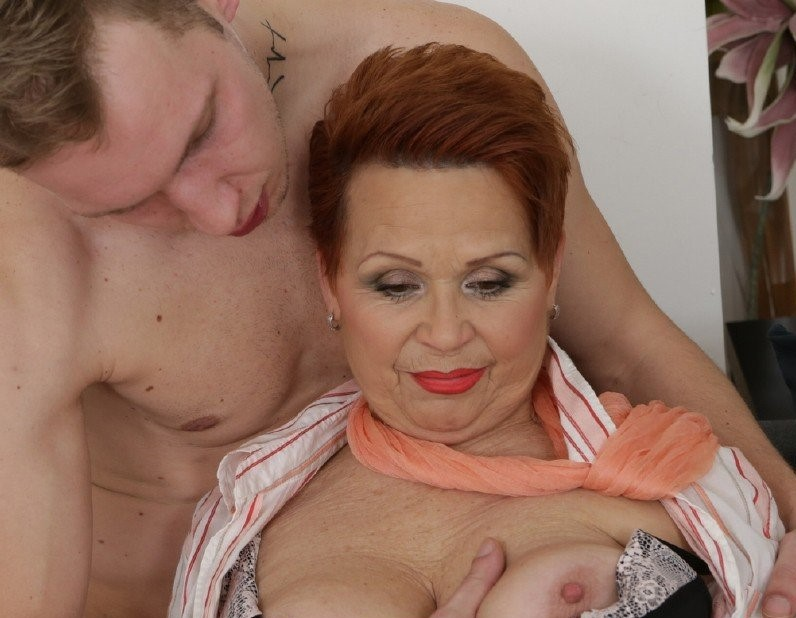 Laura – This curvy redhead grandma loves playing with a young hard cock (Mature.nl/2019/SD)
