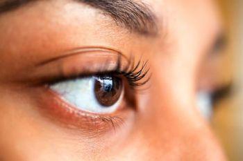 6- مرطب للعين وضع طبقة من الفازلين يمنح الجفون بعض الرطوبة الإضافية، لكن بدون إدخال الفازلين للعينين، كما أنه يحمي البشرة من
