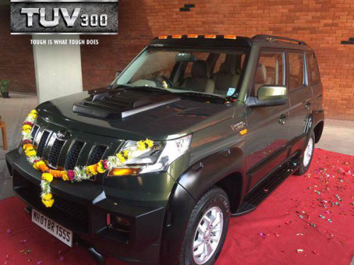Anand Mahindra drives home a customized TUV300 | CarTrade
