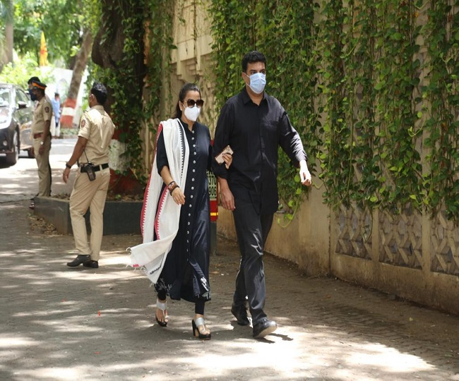 Tearful Saira Banu escorts Dilip Kumar's remains to Bandra's house;  B-Town celebs gather to pay their last respects