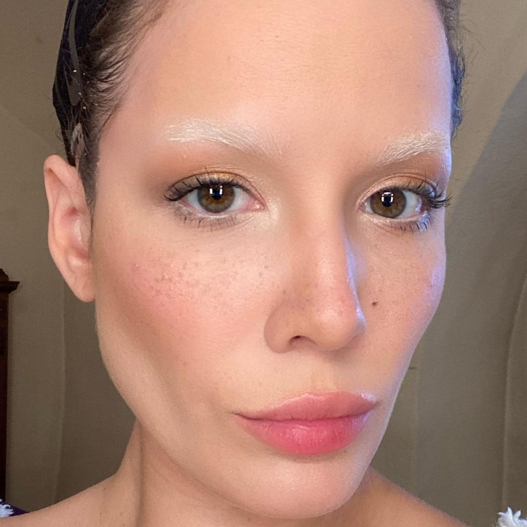 Halsey with discolored eyebrows