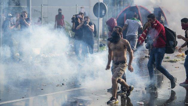 Straßenschlachten an ungarischem Grenzzaun (Bild: AP)