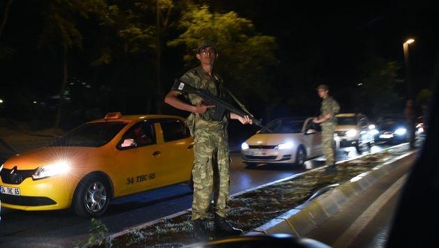 Soldaten auf der Zufahrt zur Bosporus-Brücke (Bild: APA/AFP/BULENT KILIC)