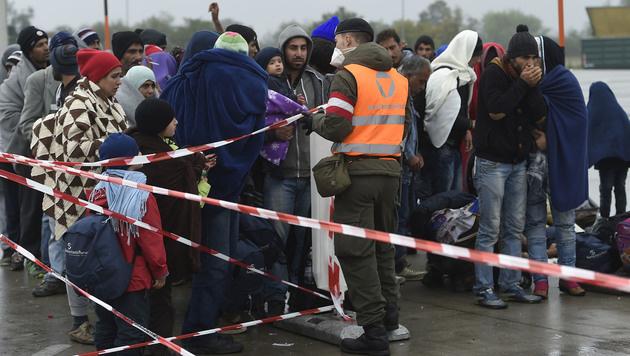 Auftrag an Kern und Kurz: Sofort Grenzkontrollen! (Bild: APA/Helmut Fohringer)