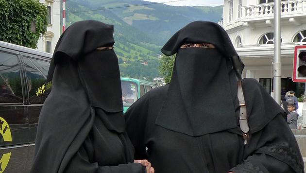 Dvě arabské ženy napadly bankovního úředníka a zkopaly policistu