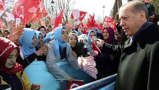 Für sein umstrittenes Referendum geht Erdogan derzeit auf Stimmenfang. (Bild: AP)