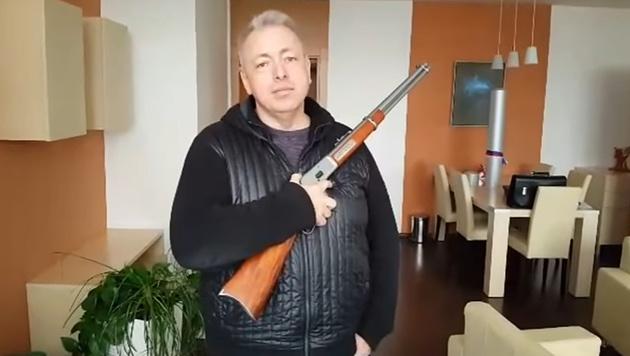 Chovanec posiert in einem YouTube-Video mit einer Winchester. (Bild: Youtube.com/Milan Chovanec)