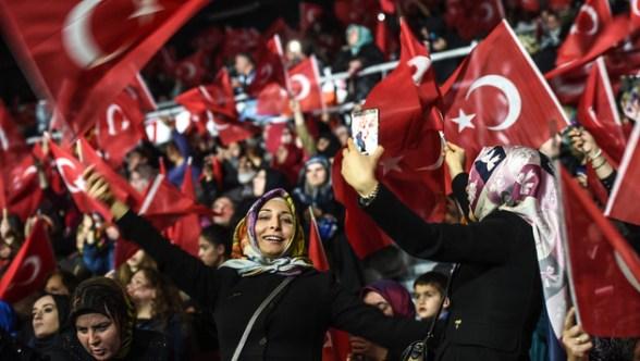 Unter den Anhängern Erdogans befinden sich auch viele Frauen. (Bild: AFP)