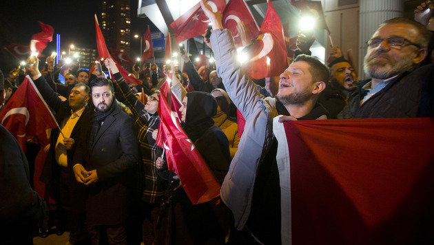 Türkische Demonstranten in Rotterdam (Bild: AP)