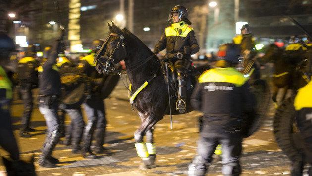 Türkei-Konflikt: Schwere Krawalle in Rotterdam (Bild: AP)