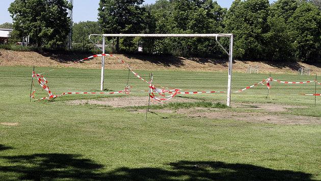 Tatort 1: Auf einem Sportplatz fielen die Täter das erste Mal über die 15-Jährige her. (Bild: Andi Schiel)