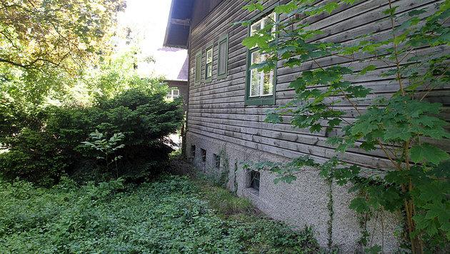 Tatort 2: Im Garten einer leer stehenden Villa wurde das Opfer ein weiteres Mal vergewaltigt. (Bild: Andi Schiel)
