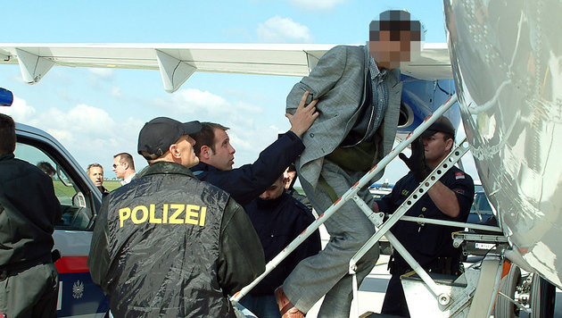 Ein abgeschobener Flüchtling beim Besteigen eines Flugzeugs in Österreich (Bild: BMI/Egon Weissheimer (Symbolbild))