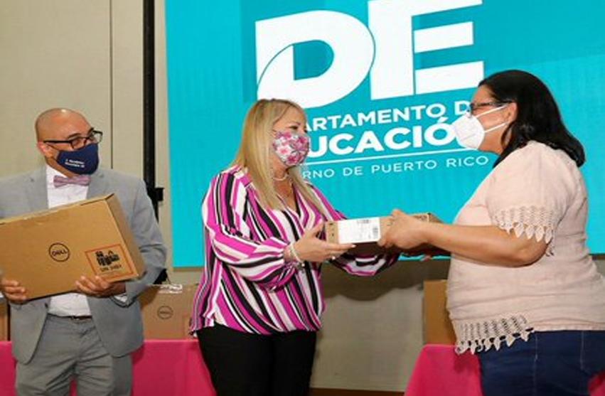 Gobernadora entrega computadoras a maestros en los municipios más afectados por los terremotos