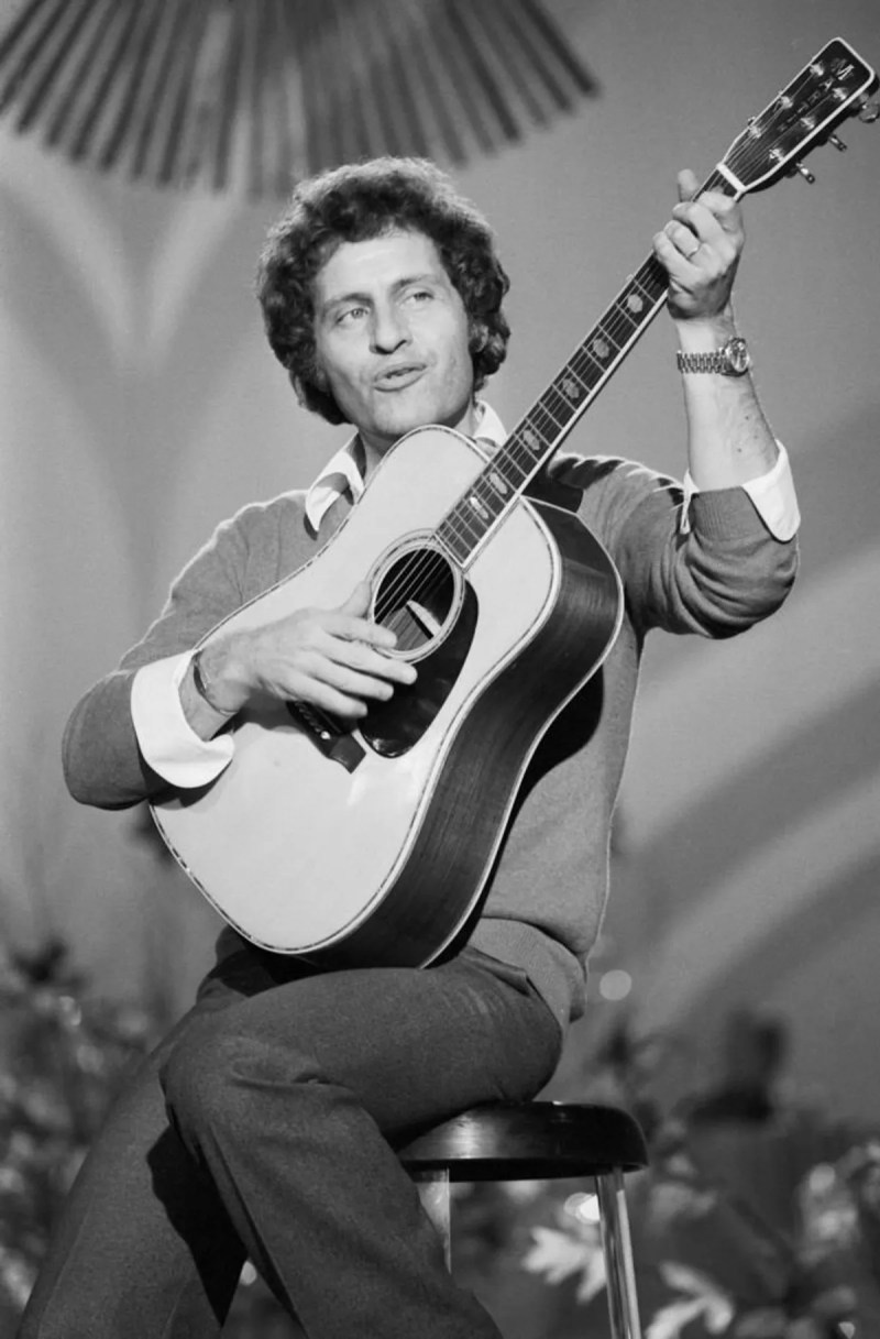 Joe Dassin playing on guitar |  Photo: Getty Images