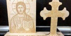 Дървен плакет с гравиран образ на Исус Христос и кръст с гравирана молитва