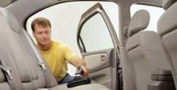 Изпиране на седалка на автомобил