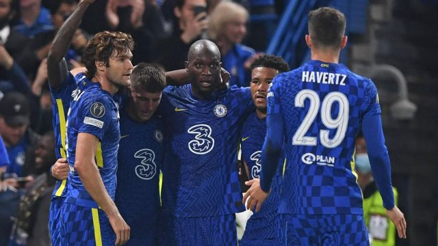 Chelsea's Belgian striker Romelu Lukaku (C) celebrates with teammates after scoring the opening goal of the UEFA Champions League Group H football match between Chelsea and Zenit St Petersburg at Stamford Bridge in London on September 14, 2021. (Photo by