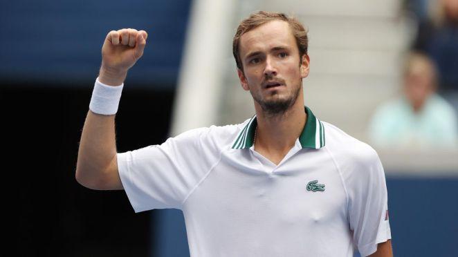 Daniil Medvedev le poing levé lors de son match face à Pablo Andujar, le 3 septembre 2021 à l'US Open