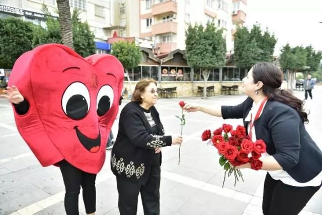 Büyükşehir, Sevgililer Günü'nde kırmızı gül dağıttı