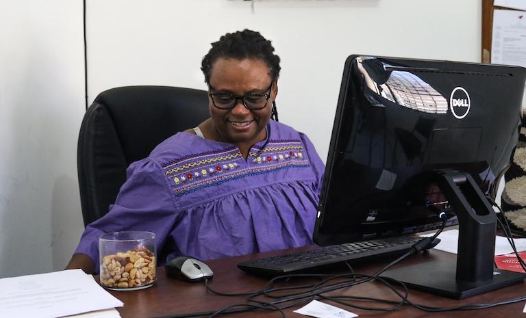 Miriam Miranda, una prominente activista garífuna y coordinadora general de la Organización Fraternal Negra de Honduras (OFRANEH), se sienta en su oficina en la ciudad de La Ceiba.  Imagen de Christopher Clark para Mongabay.