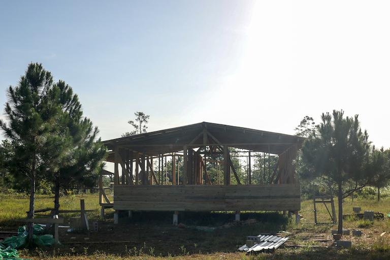 OFRANEH está en proceso de construir una nueva estación de radio comunitaria en Vallecito.  Imagen cortesía de Christopher Clark para Mongabay.
