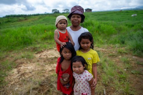 Norma Gayonan y su familia también fueron desplazadas de la comunidad de San José, en Filipinas, luego de que destruyeran su casa por una decisión judicial a favor de una empresa que ocupó sus tierras. Foto: Jeoffrey Maitem / Global Witness.