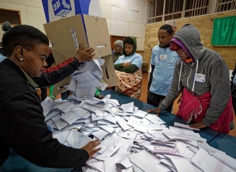 """Comissão eleitoral investiga denúncias de """"voto múltiplo"""""""