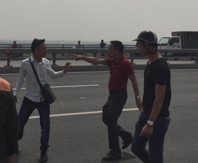 Cầu Nhật Tân, Công an cầu Nhật tân, Vung tay trúng má