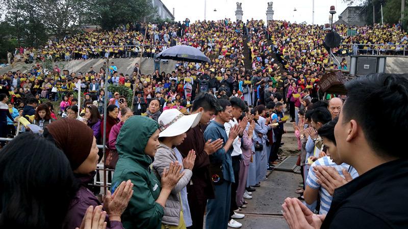Nghìn người dự lễ phóng sinh gần 10 tấn cá xuống sông Hồng