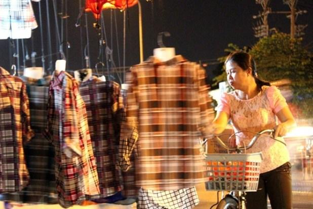 chợ, họp chợ, chợ quần áo, quần áo, chợ vỉa hè, quần áo giá rẻ, bán buôn quần áo, sinh viên, người lao động, dân sinh, chợ dân sinh, chợ tự phát